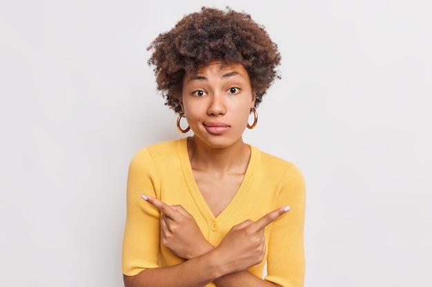 躊躇している女性の屋内ショットが横向きになっていることは、左右が難しい選択をしていることを示しています。