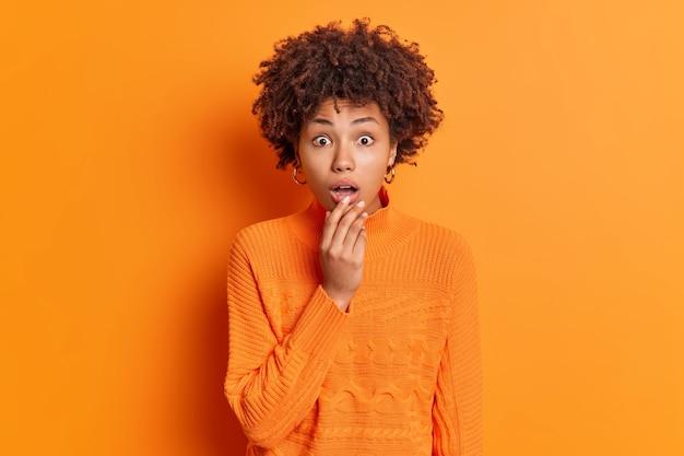 ショックを受けた若い巻き毛のアフリカ系アメリカ人女性の屋内ショット