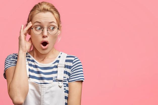 Снимок ошеломленной блондинки с голубыми глазами в помещении