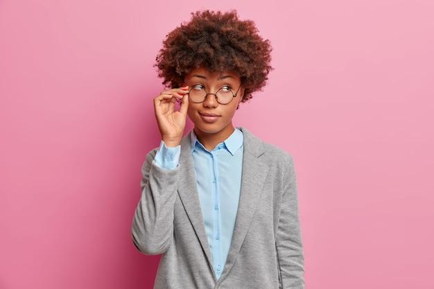 Задумчивая темнокожая женщина-менеджер в помещении
