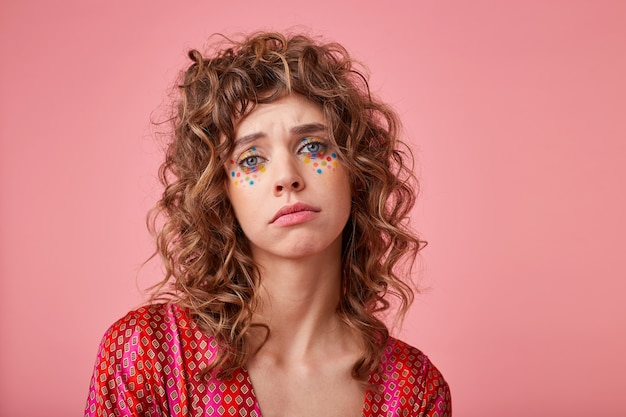 슬픈 얼굴로보고 우울한 표정을 보여주는 불행한 젊은 여자의 실내 촬영, 서