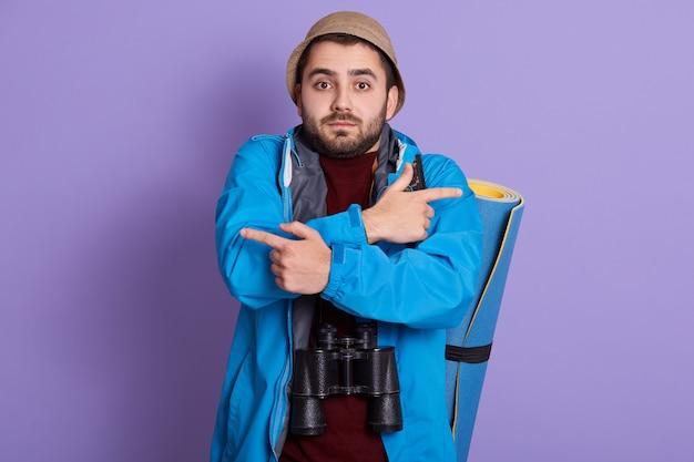 Внутренний снимок небритого парня в синем жакете и шляпе
