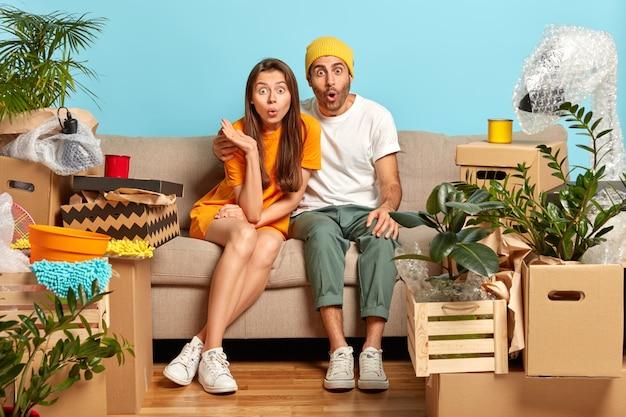 若い愚かな家族のカップルの屋内ショット