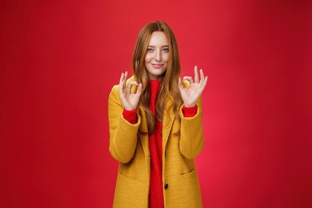 Ripresa in interni di una giovane donna felice e felice che si sente bene e perfetta in un caldo e confortevole giallo...