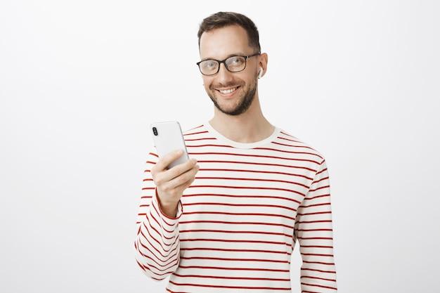 Tiro al coperto di imprenditore spensierato soddisfatto con gli occhiali neri