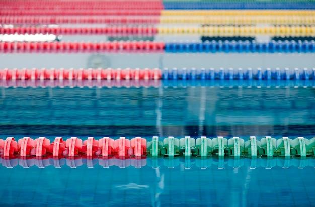 スポーツ屋外用の屋内スイミングプールと水面のレーン
