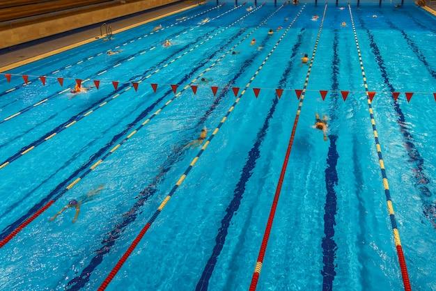 スポーツクラブの屋内プール健康的なライフスタイルの概念