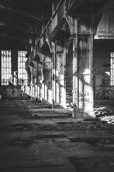 Colpo dell'interno di vecchia funzione abbandonata in una città suburbana