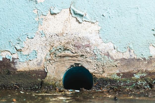 Труба для отвода промышленных и заводских сточных вод. концепции загрязнения воды.