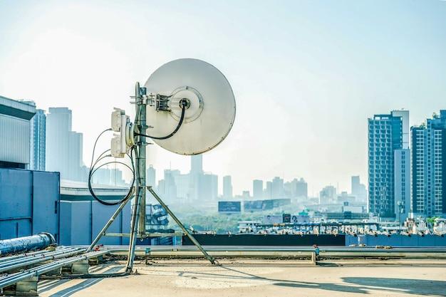 Промышленная антенна на крыше здания.