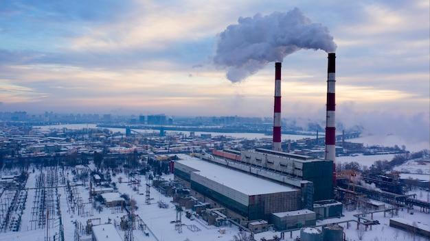 대기로 유해한 배출물이있는 도시의 산업 지역