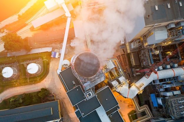 ヴロツワフの工業地帯-発電所の煙突から煙が出ています。夕方、上からの眺め