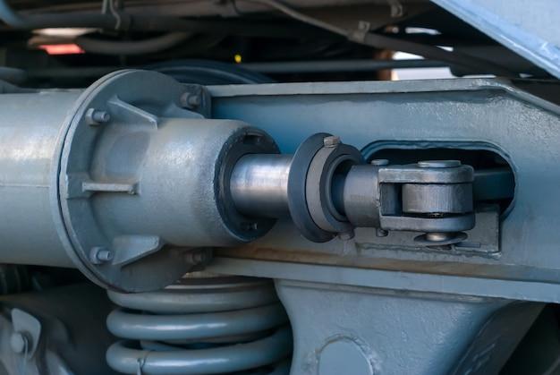 産業の背景-機関車ブレーキの油圧アクチュエータのクローズアップ