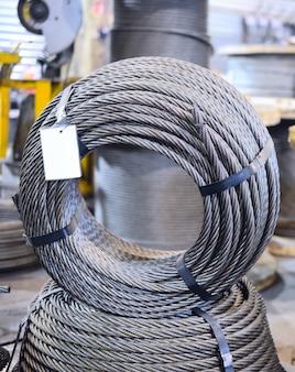 産業の背景。リングで一緒に包まれた鋼製ホイストロープ