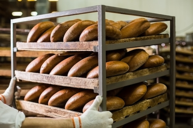 선반에 신선한 빵과 함께 산업 빵집