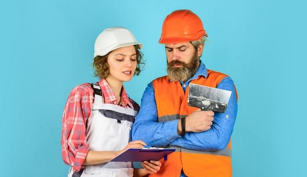産業ビジネスパートナー。仕事と職業。自信を持って電気と技術者。エンジニアのカップルが一緒に設計図の作成に取り組んでいます。建設現場や工場で働く。土木工学。