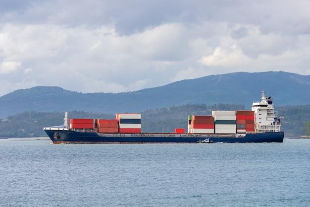 Промышленный грузовой корабль с разноцветными контейнерами