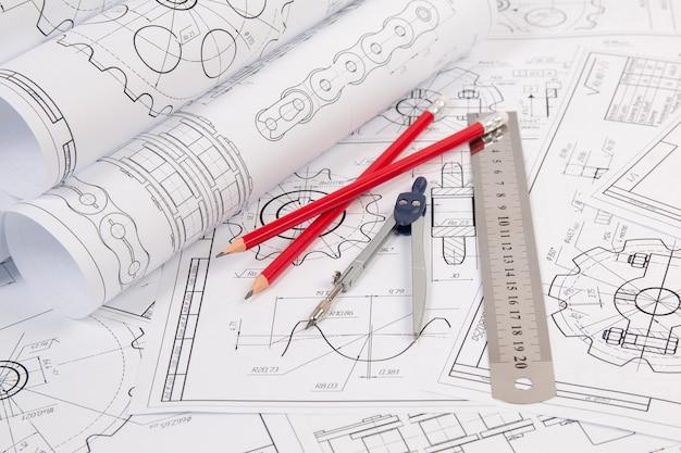 Чертежи производственных цепей, инженерный компас, линейка и карандаши