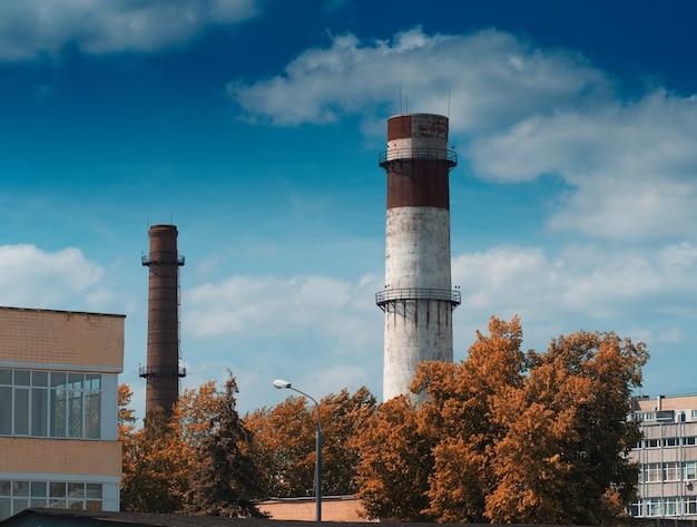工場の背景にある産業用煙突
