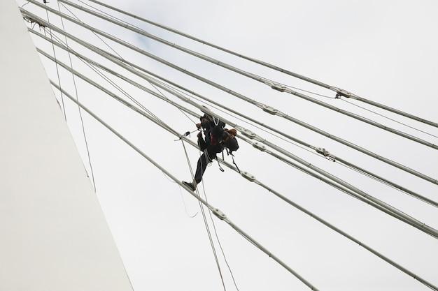 Промышленный альпинист на высоте сборки