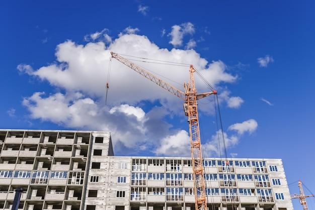 Промышленные строительные краны и строительство домов