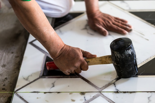 Промышленное строительство мужчин работник гранито-плиточный строитель на полу