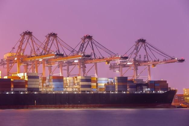 Промышленный контейнер грузовое грузовое судно в гавани для логистик импорт-экспорт