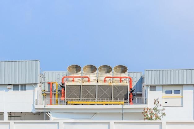 새로운 건물 공장 옥상에있는 산업용 냉각탑 또는 공냉식 냉각기