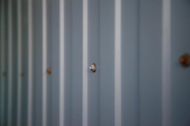 볼트가 있는 주석 시트로 만든 산업용 골판지 산업용 질감 벽. 그런 지 금속 접시 배경입니다. 사이트의 저작권 공간