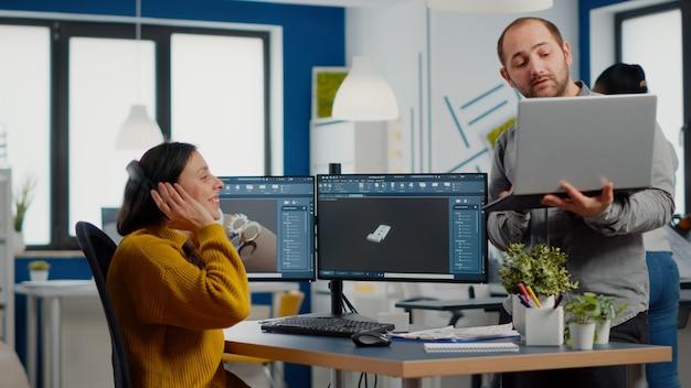 Pc를 보고 있는 여성 엔지니어와 논의하는 산업 디자이너