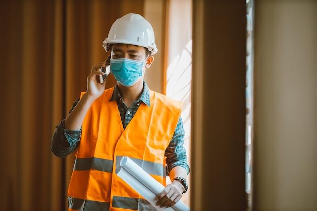 산업 엔지니어는 사무실에서 보호 마스크를 착용