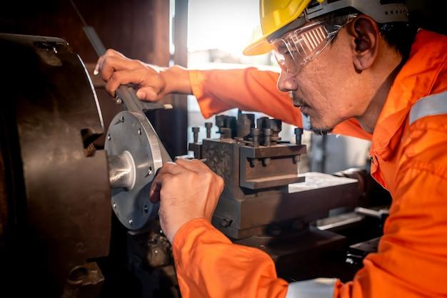 産業工学、安全服の着用、ノギスの使用、測定器、工場で働く物体の制御、ショップ、旋盤店