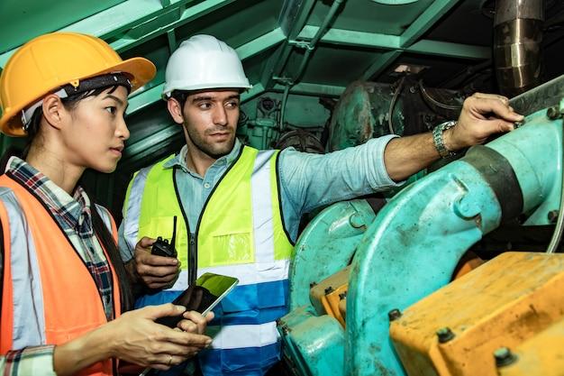 産業技術者が駅でエンジンについて議論している