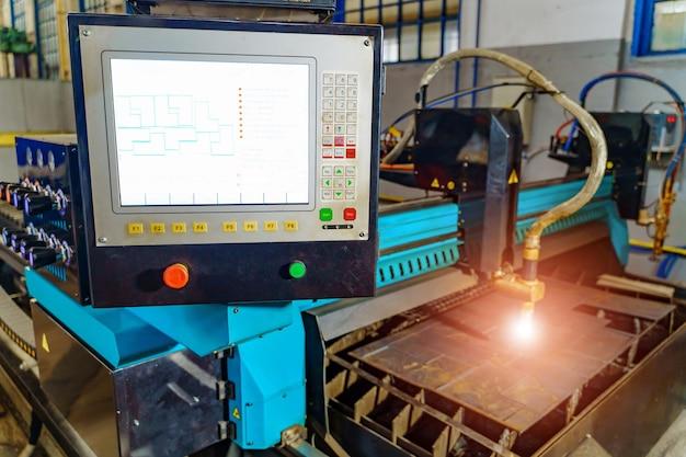 鋼板加工用産業機器。
