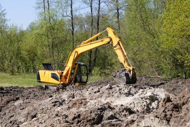 Промышленный экскаватор работает на болоте