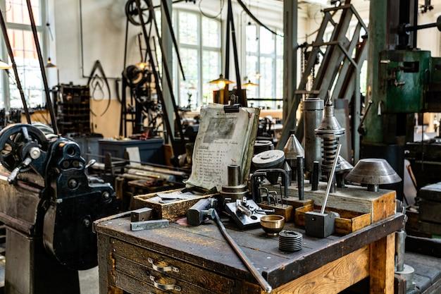 古い機械のある産業工場
