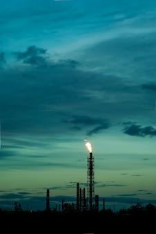 하늘을 배경으로 하는 관련 석유 가스의 연소를 위한 산업 플레어