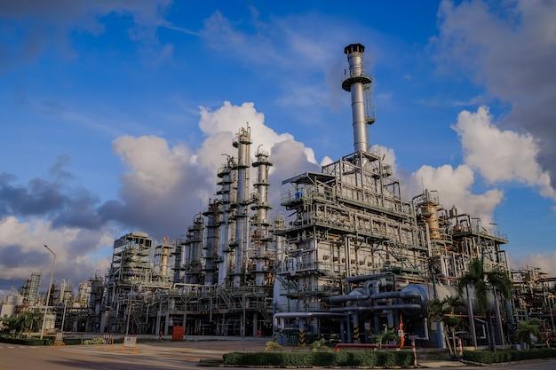青空の背景に工場で炭化水素を分解する工業炉と製油所のカラム