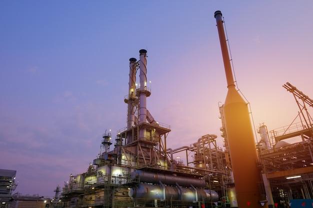 일몰 하늘 배경에 석유 화학 사업에서 산업 용광로 금이 탄화수소