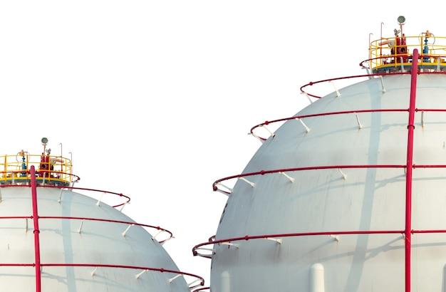 Резервуар для хранения промышленных газов, изолированные на белом фоне. резервуар для хранения спг или сжиженного природного газа. сферический газовый резервуар на нефтеперерабатывающем заводе. наземный резервуар для хранения. промышленность хранения природного газа.