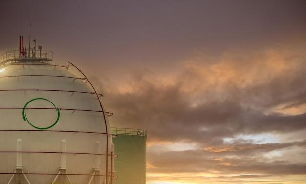 Резервуар для хранения промышленных газов. резервуары для спг или сжиженного природного газа. круглый или шаровой бензобак на нефтеперерабатывающем заводе. нефтехимическая промышленность. потребление сжиженного нефтяного газа или пропана на мировом рынке.