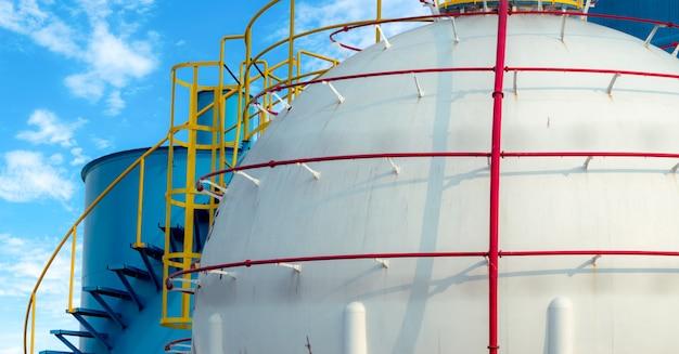 Резервуар для хранения промышленных газов. резервуар для хранения спг или сжиженного природного газа. сферические газовые резервуары на нефтеперерабатывающем заводе. наземный резервуар для хранения. промышленность хранения природного газа. баллон для сжиженного газа в форме шара.