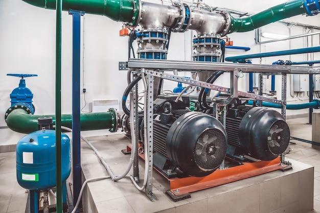 ウォーターポンプ、バルブ、圧力計、エンジンルーム内のモーターの工業用インテリア