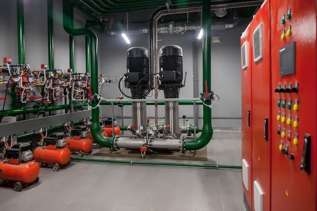 엔진 룸 내부의 워터 펌프, 밸브, 압력계, 모터의 산업용 내부