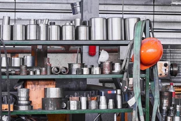 Промышленный интерьер с хранением металлических изделий и инструментов на полках в мастерской