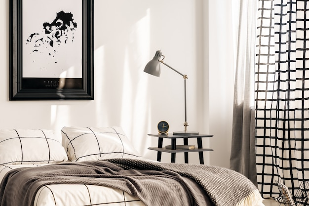 흰색 침실 인테리어의 킹 사이즈 침대 옆 탁자에 있는 산업용 램프