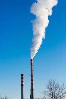 産業景観、クレーン、煙のあるパイプ