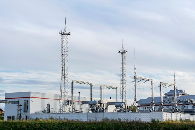 産業景観-避雷針タワーを備えた最新の変電所