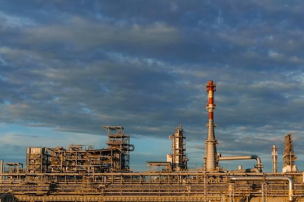 産業景観-パイプライン、蒸留器、煙突を備えた石油精製所