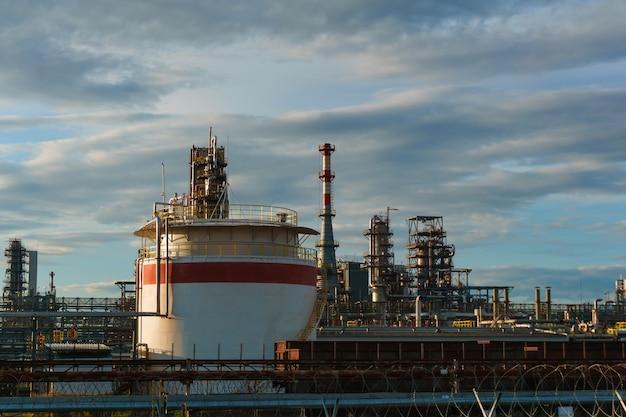 産業景観-パイプライン、蒸留器、タンク貯蔵を備えた石油精製所